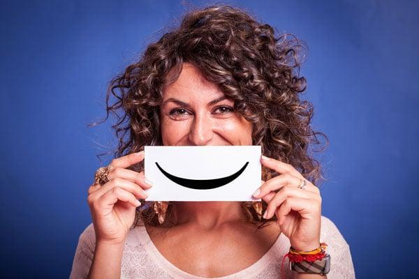 Frau mit Lächeln im Gesicht - Optimismus