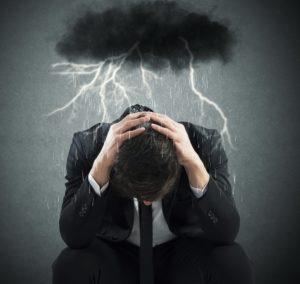 Gewitterwolke über Geschäftsmann - Belastung
