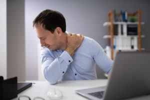 Mann mit Nackenschmerzen - Stressor Körperhaltung