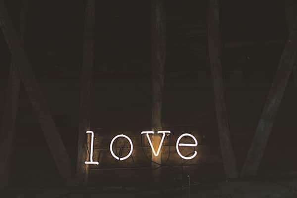 Leuchtender Schriftzug Love - Selbstliebe