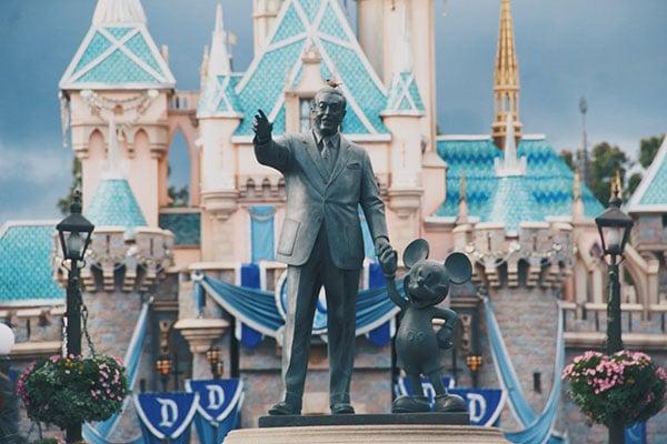 Statue Walt Disney mit Mickeymaus
